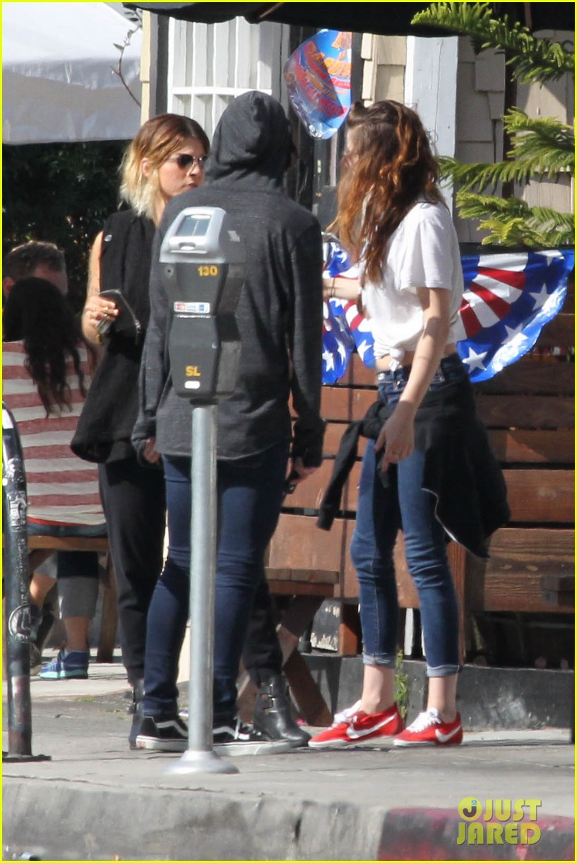 kristen stewart lunches in la with pals 182879522