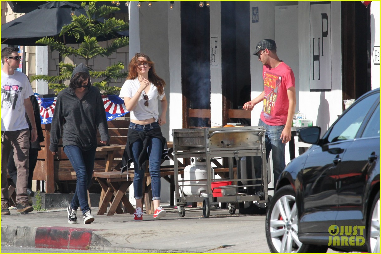 kristen stewart lunches in la with pals 212879525