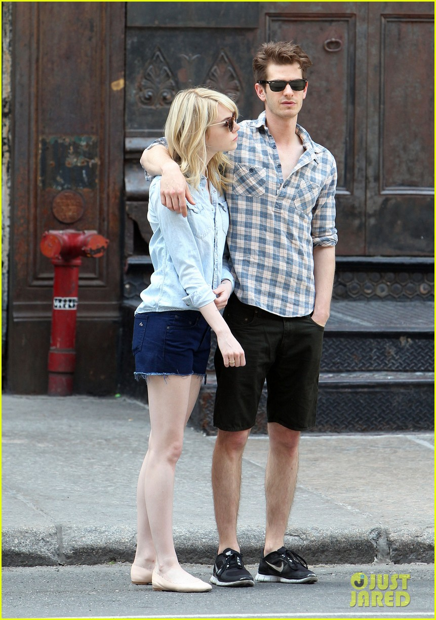 emma stone andrew garfield cuddle up in nyc 082881526