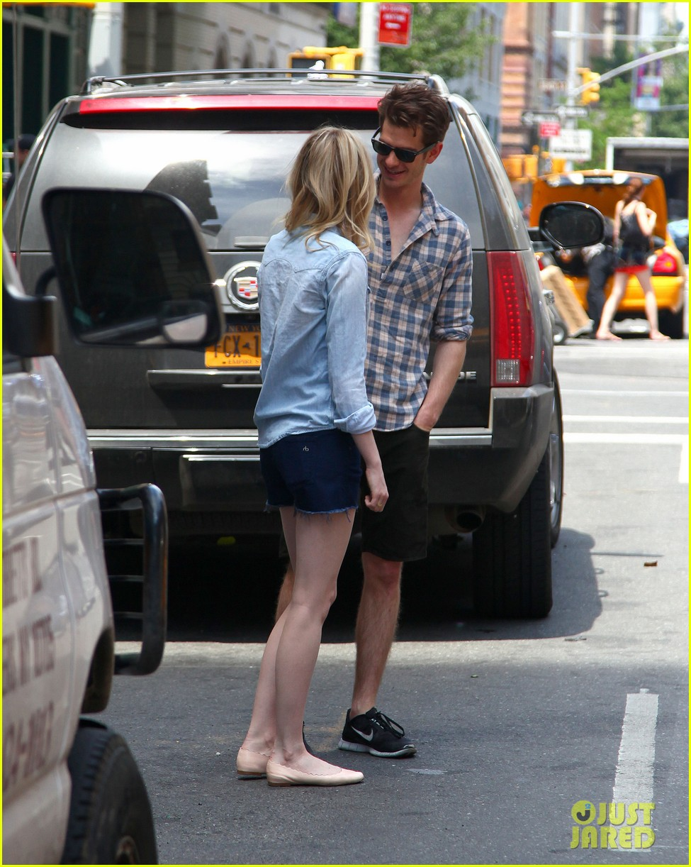emma stone andrew garfield cuddle up in nyc 142881532