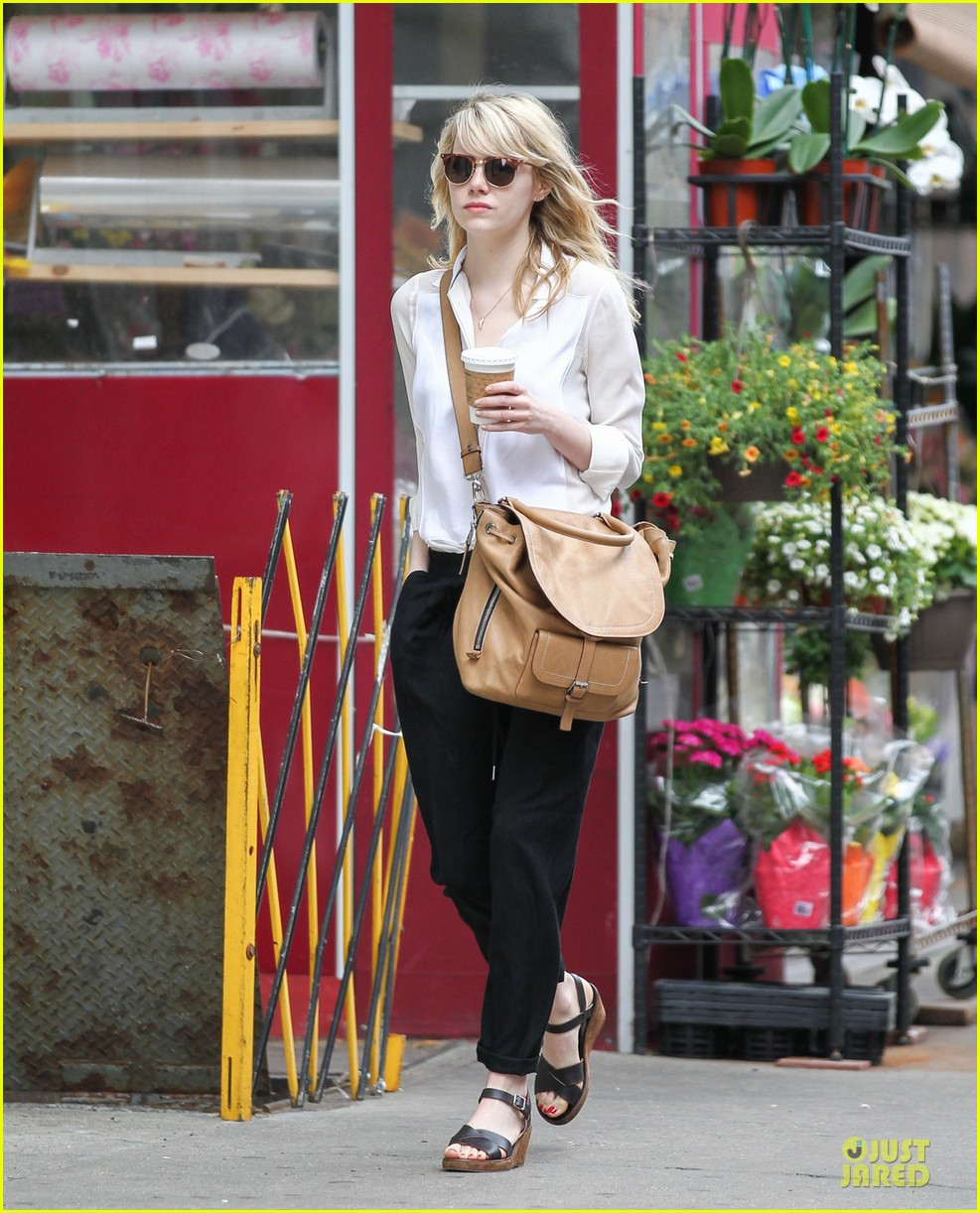 emma stone stoic reaction to mom krista breast cancer news 032876907