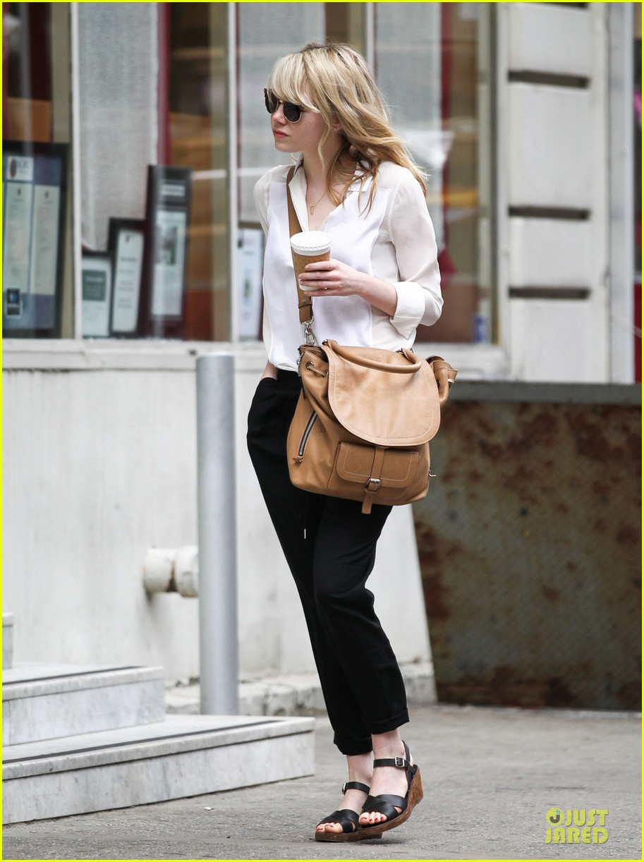 emma stone stoic reaction to mom krista breast cancer news 042876908