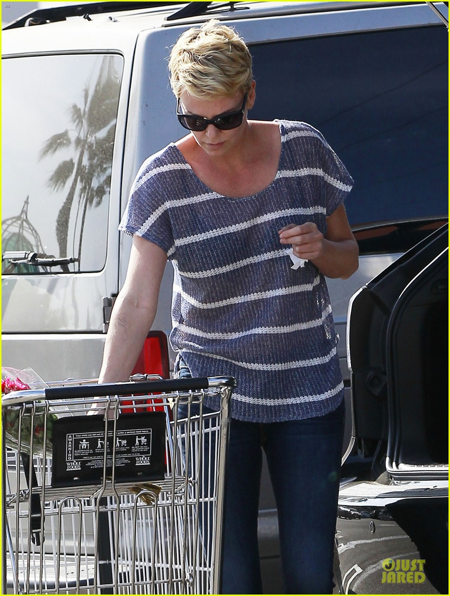 charlize theron flowers shopping at whole foods 04