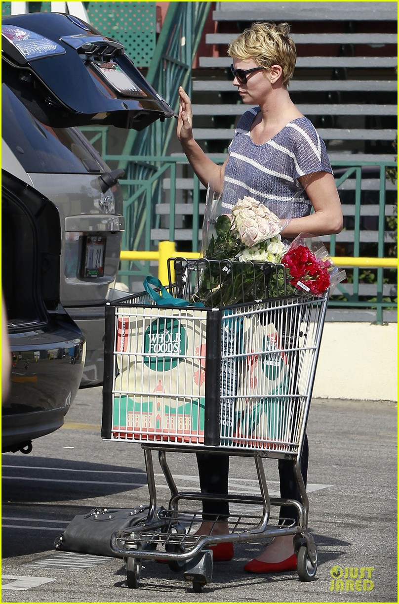charlize theron flowers shopping at whole foods 062863215