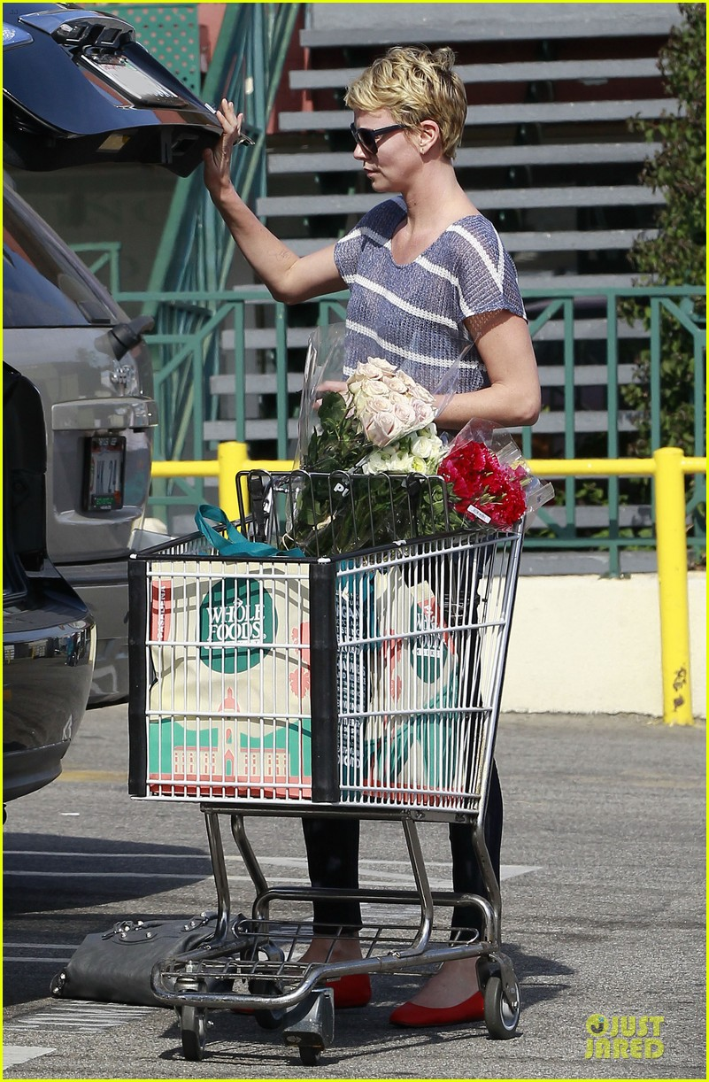 charlize theron flowers shopping at whole foods 082863217