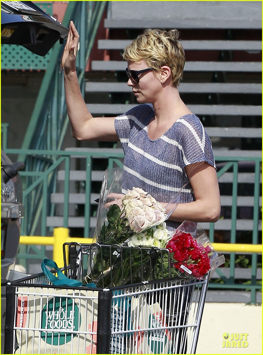 charlize theron flowers shopping at whole foods 092863218