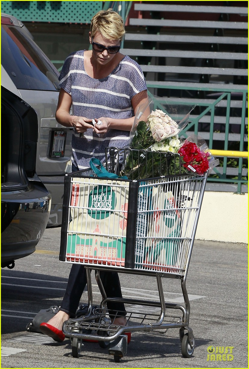 charlize theron flowers shopping at whole foods 10