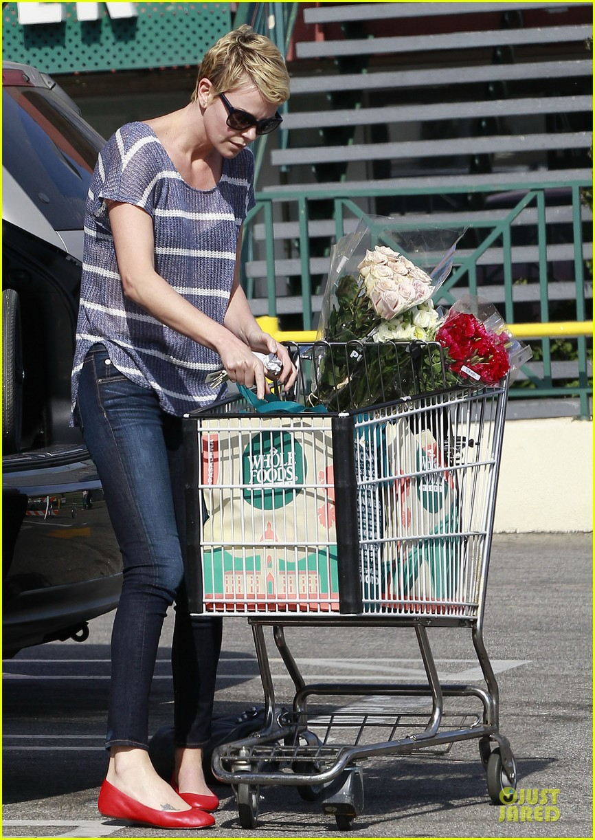 charlize theron flowers shopping at whole foods 112863220