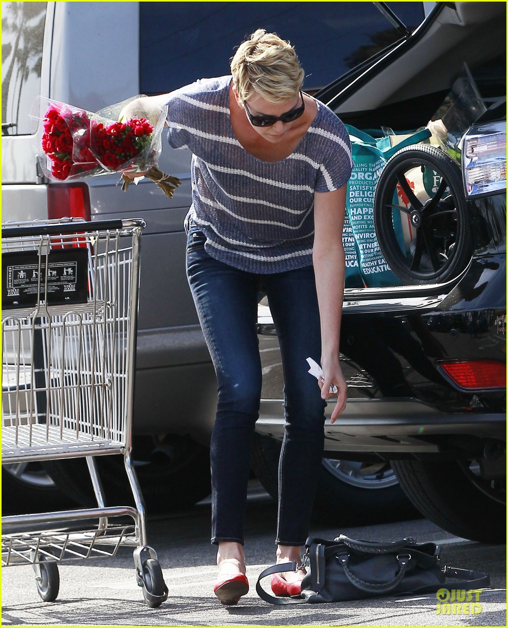 charlize theron flowers shopping at whole foods 142863223