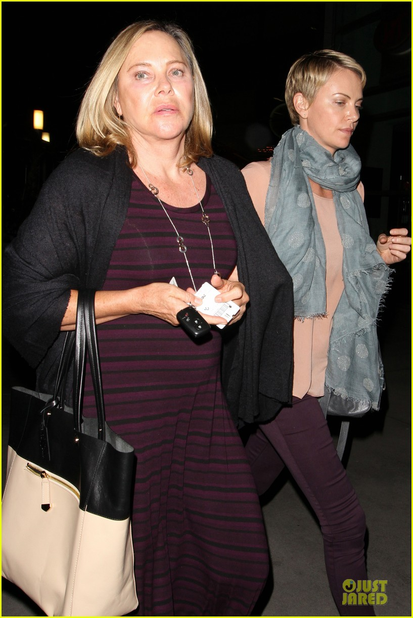 charlize theron the great gatsby showing with mom gerda 21