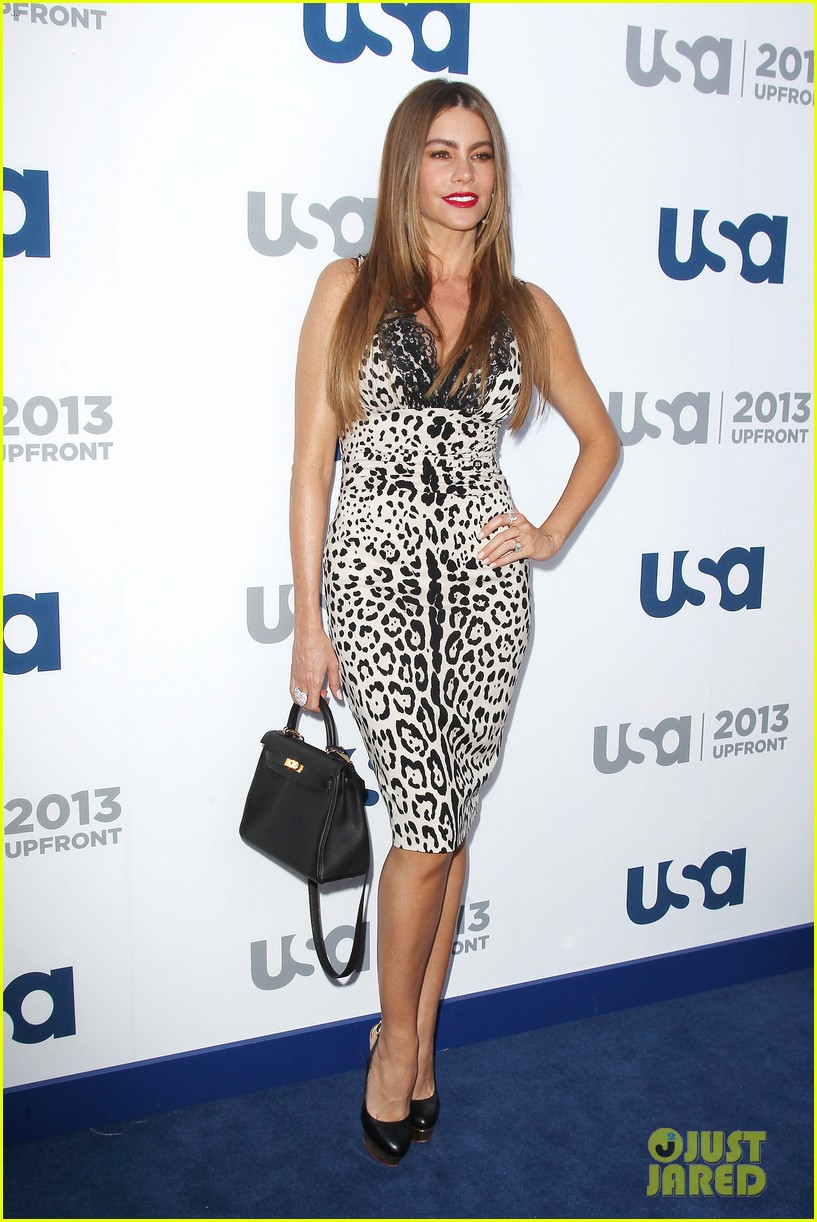 sofia vergara julie bowen modern family at usa upfront 10