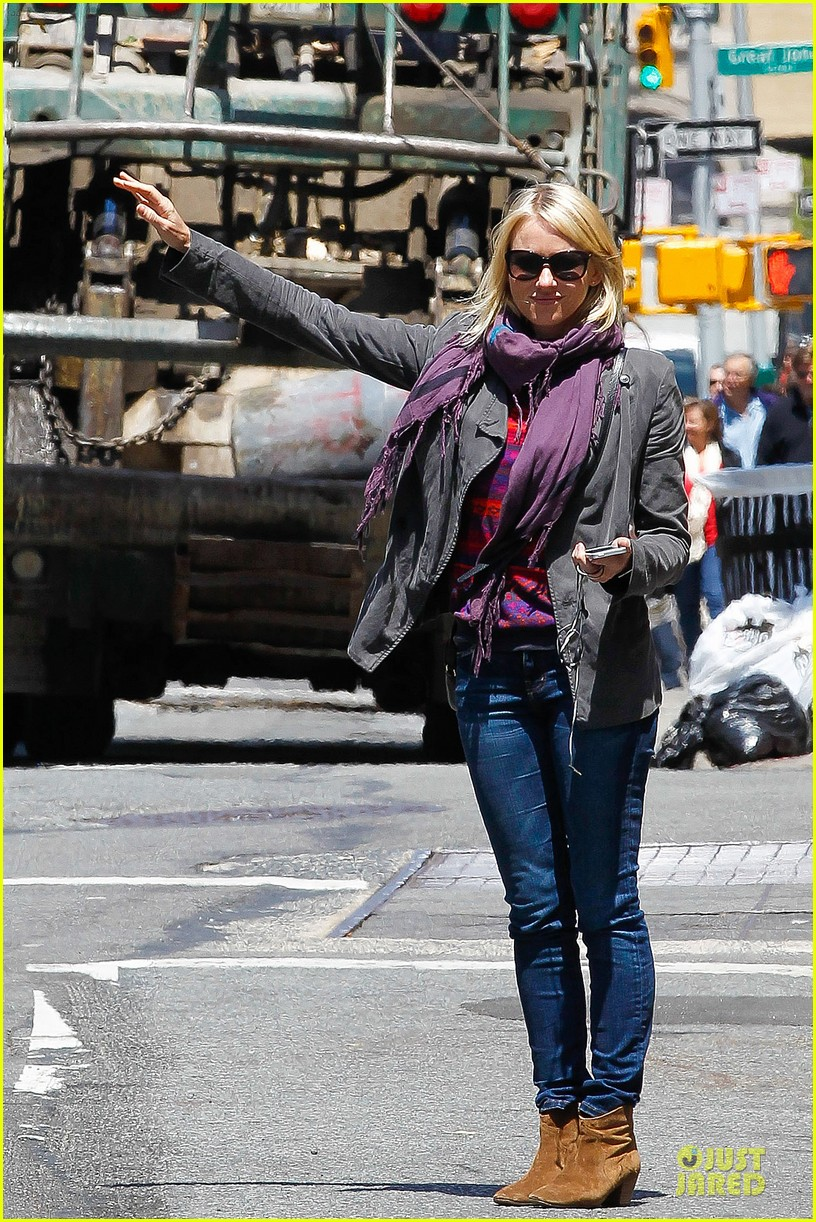 naomi watts big apple cab hailing 052870335