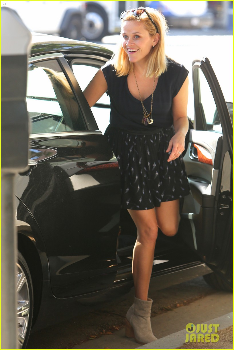 reese witherspoon barneys new york shopper 062881104