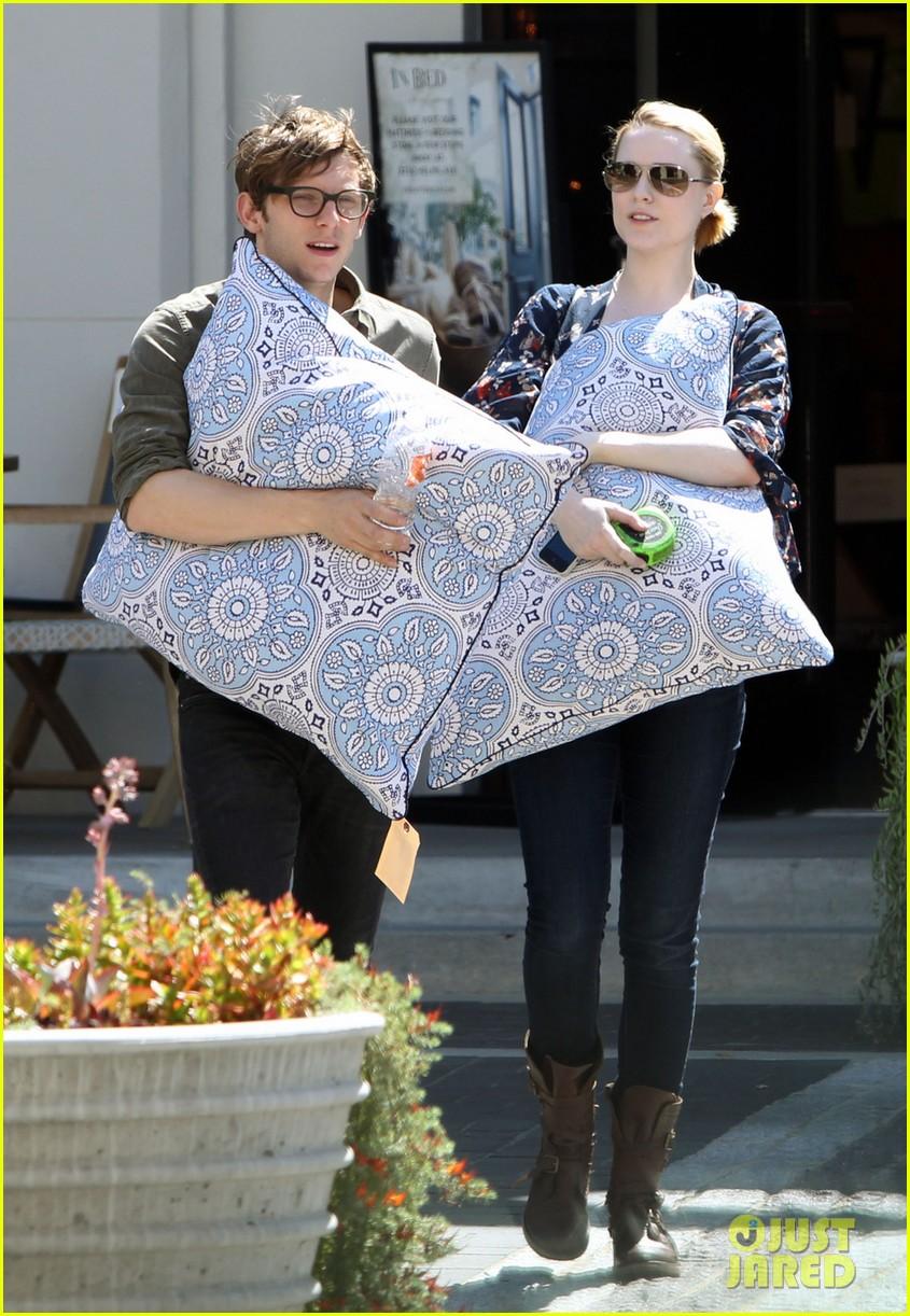 evan rachel wood covers baby bump with giant pillow 012870997