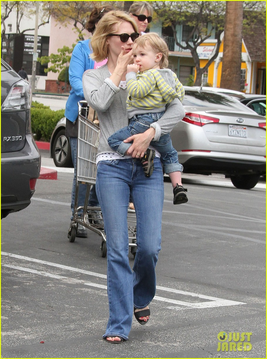 baby xander grabs mom january jones sunglasses 032867365