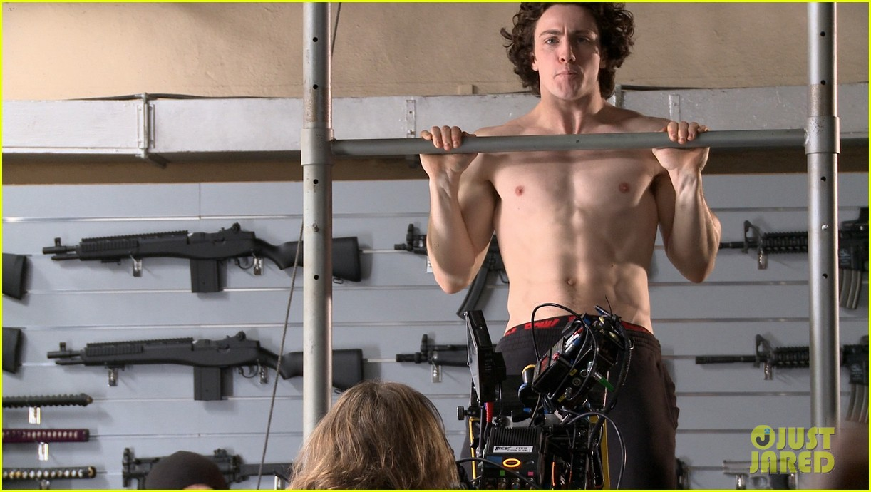 Aaron Taylor-Johnson: Shirtless Pull-Up for Kick-Ass 2 ...