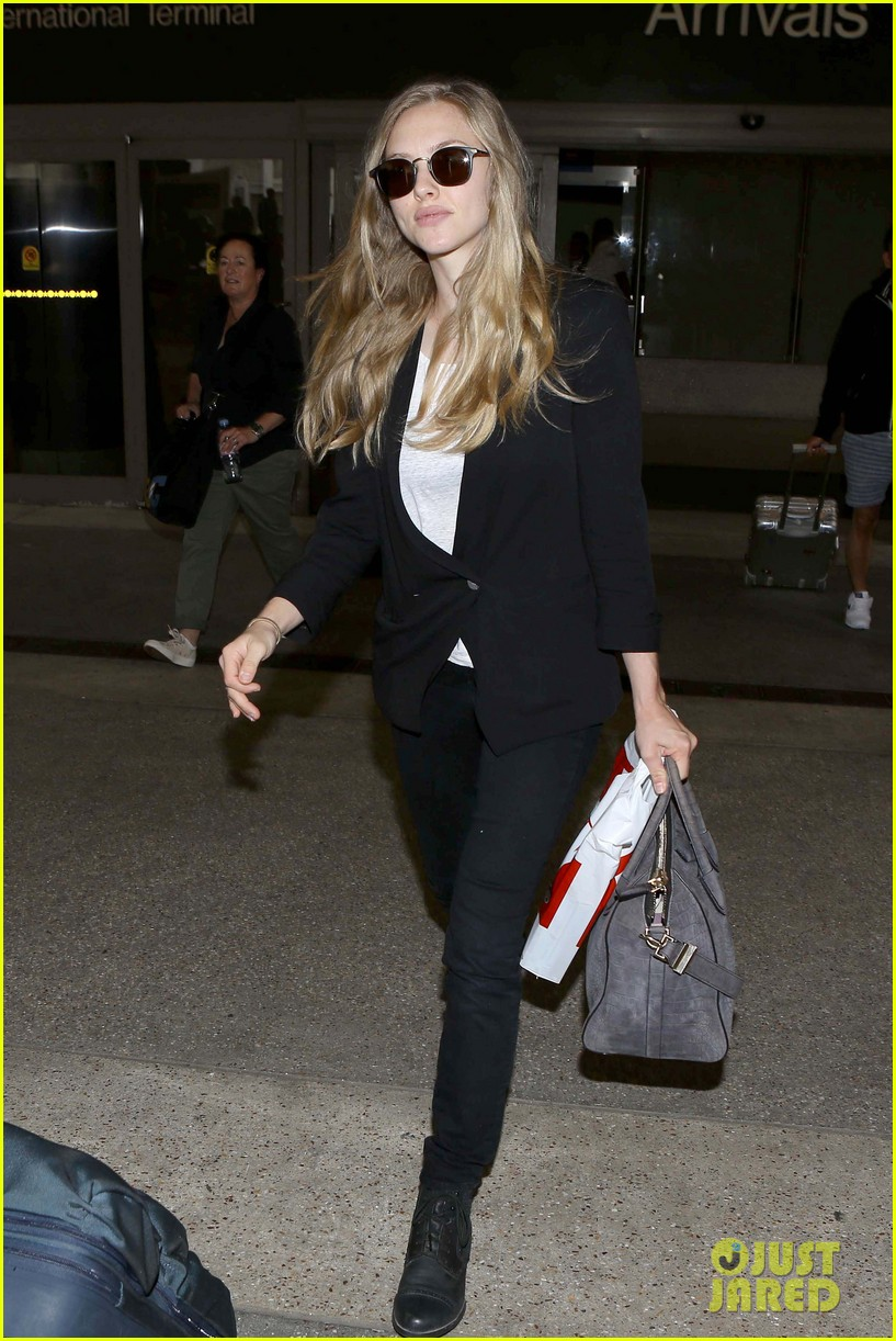 amanda seyfried returns to la after hong kong trip 102887657