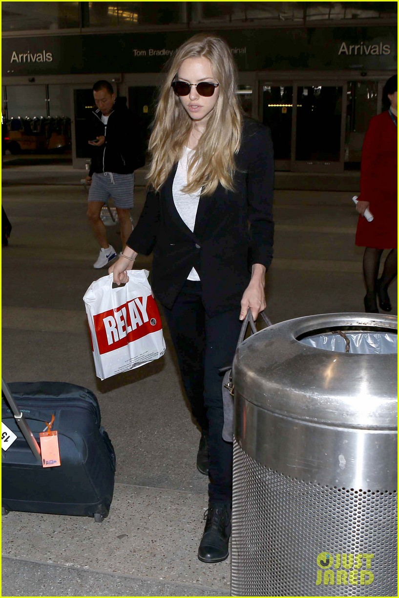 amanda seyfried returns to la after hong kong trip 152887662