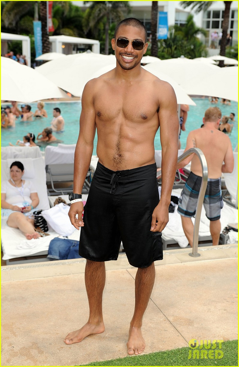 Robbie Amell & Shirtless Jason Derulo: iHeartRadio Pool ...