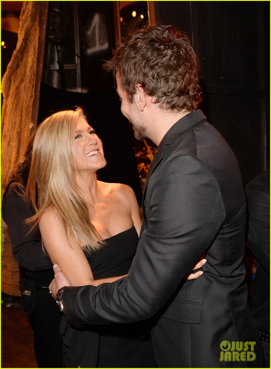 jennifer aniston bradley cooper reunite at guys choice awards 2013 042887259