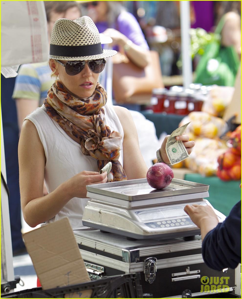 elizabeth banks farmers market visit with felix 092892901