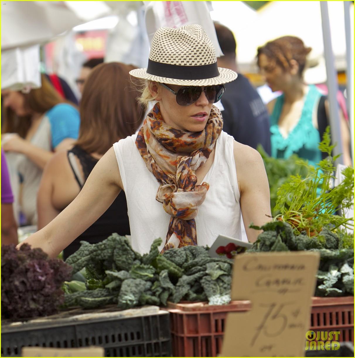elizabeth banks farmers market visit with felix 122892904