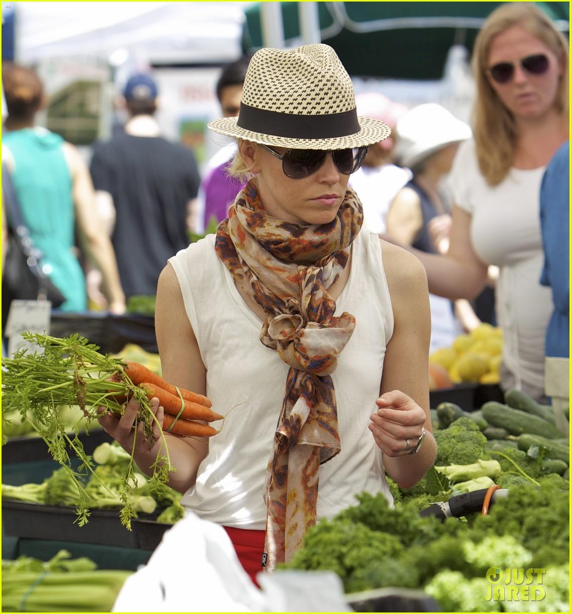 elizabeth banks farmers market visit with felix 132892905