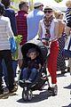 elizabeth banks farmers market visit with felix 06