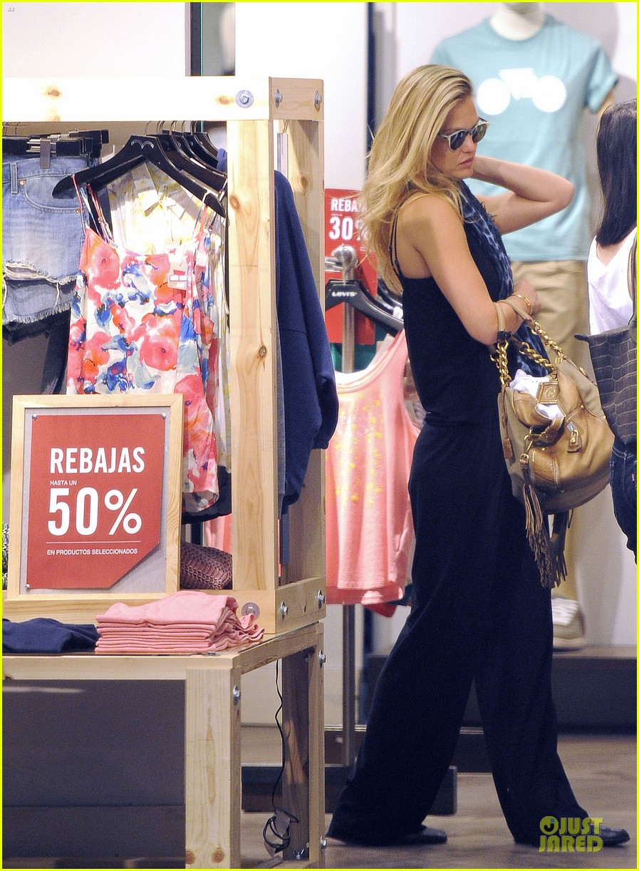 bar refaeli toned arms for madrid shopping trip 092898594