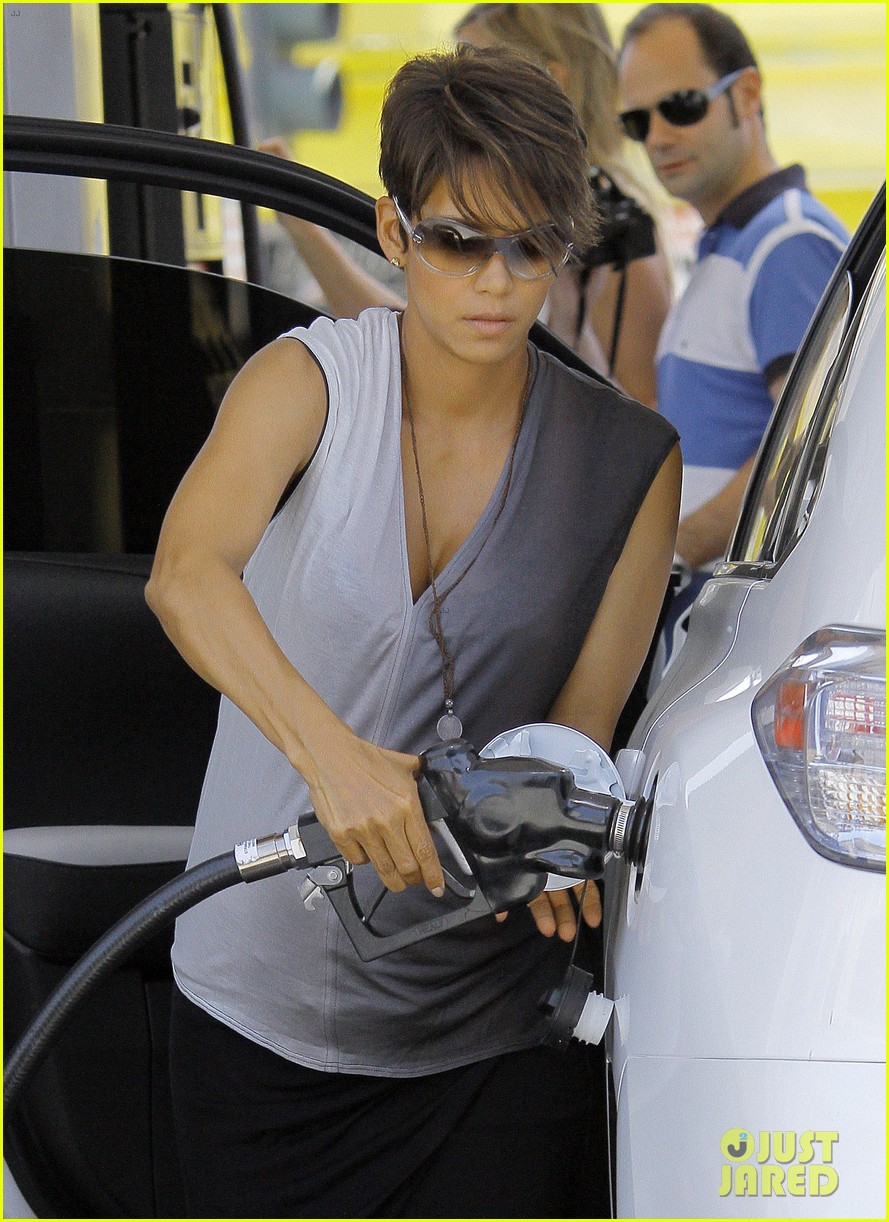 halle berry bumps at the gas station 022896715