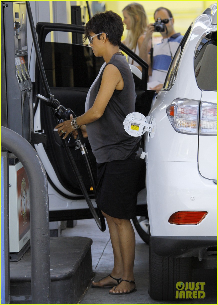 halle berry bumps at the gas station 032896716