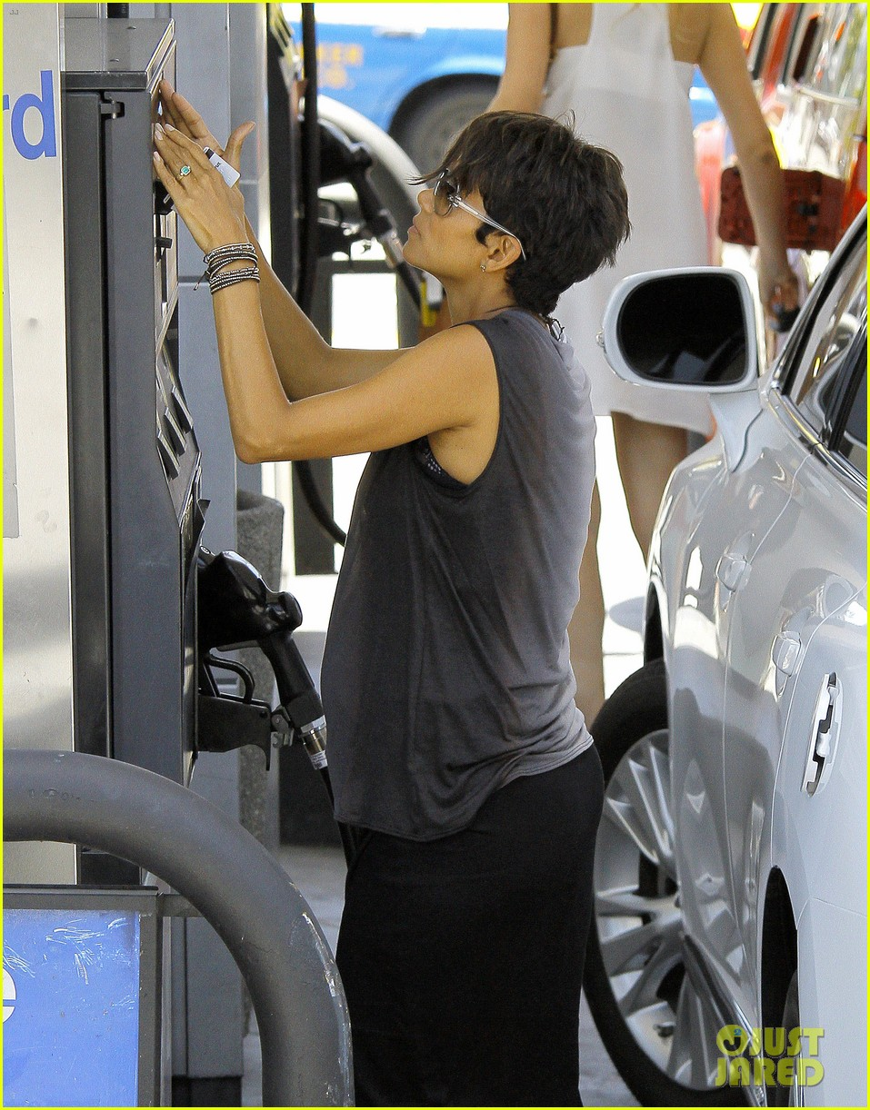 halle berry bumps at the gas station 072896720