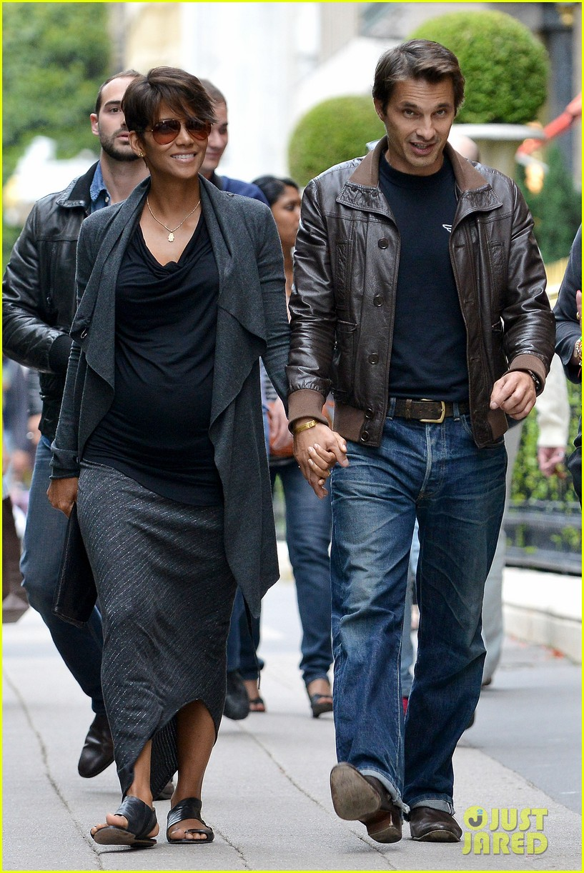 pregnant halle berry olivier martinez hold hands in paris 012889154
