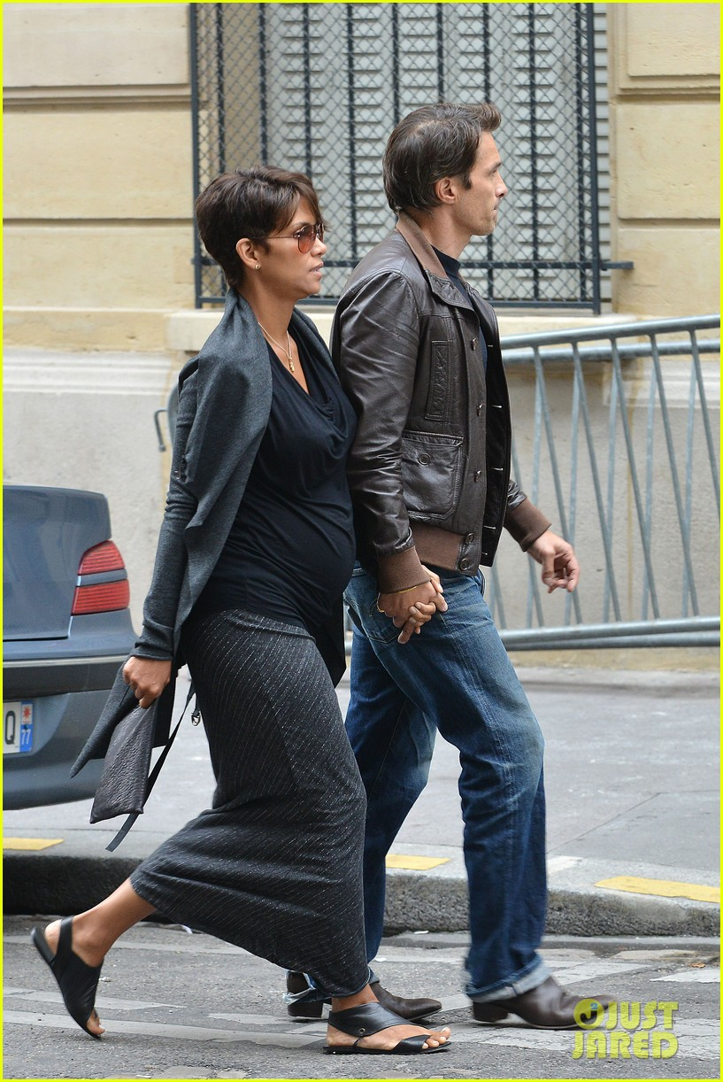 pregnant halle berry olivier martinez hold hands in paris 022889155