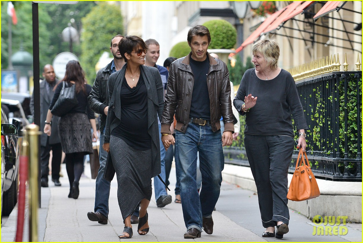 pregnant halle berry olivier martinez hold hands in paris 032889156