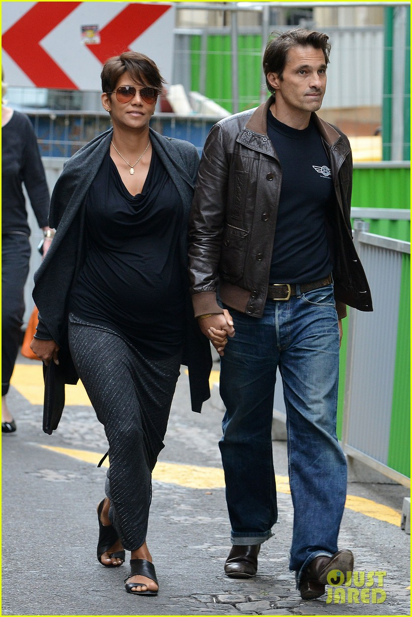 pregnant halle berry olivier martinez hold hands in paris 052889158