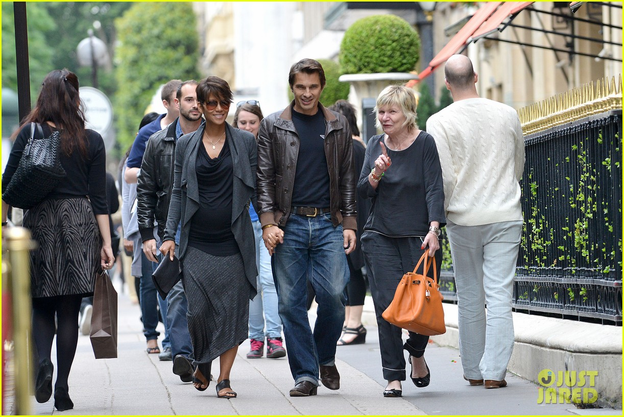 pregnant halle berry olivier martinez hold hands in paris 072889160