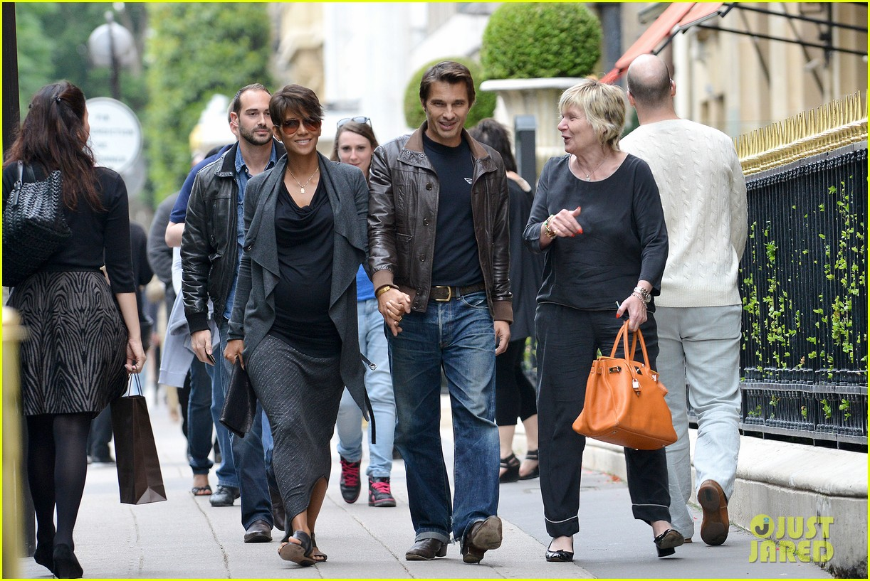 pregnant halle berry olivier martinez hold hands in paris 082889161