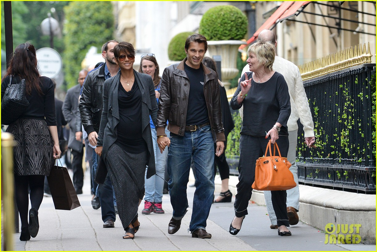 pregnant halle berry olivier martinez hold hands in paris 092889162