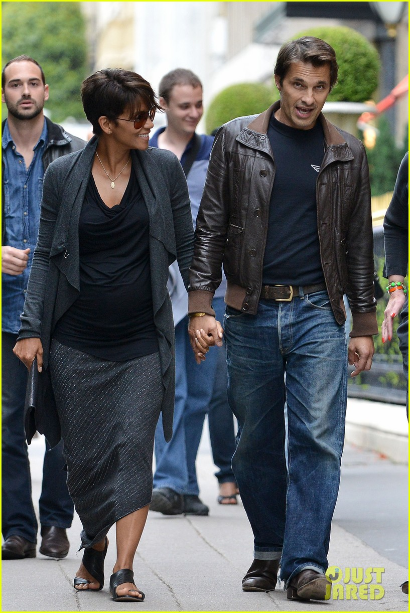 pregnant halle berry olivier martinez hold hands in paris 102889163