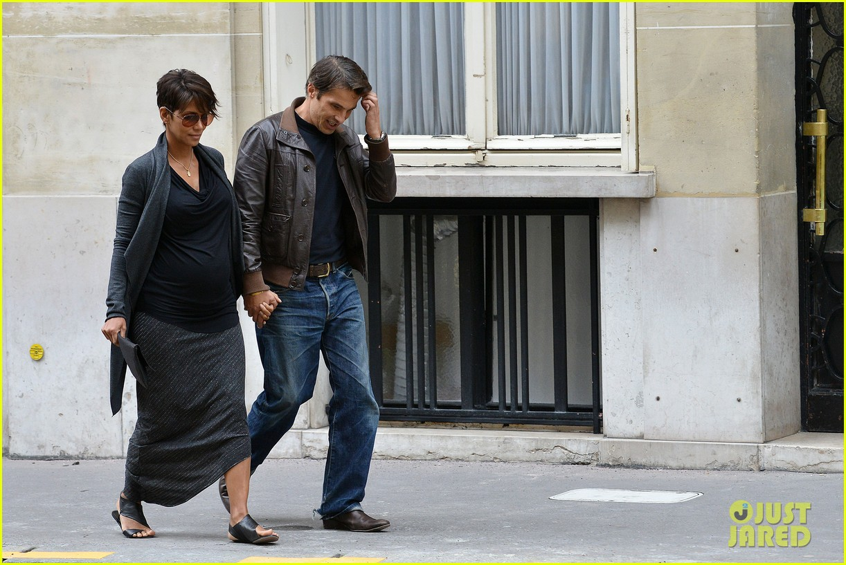pregnant halle berry olivier martinez hold hands in paris 112889164
