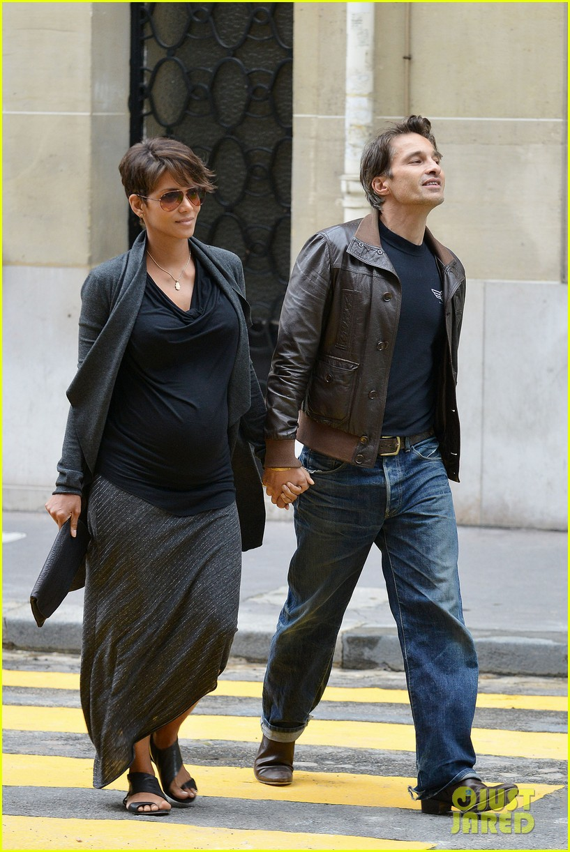 pregnant halle berry olivier martinez hold hands in paris 132889166
