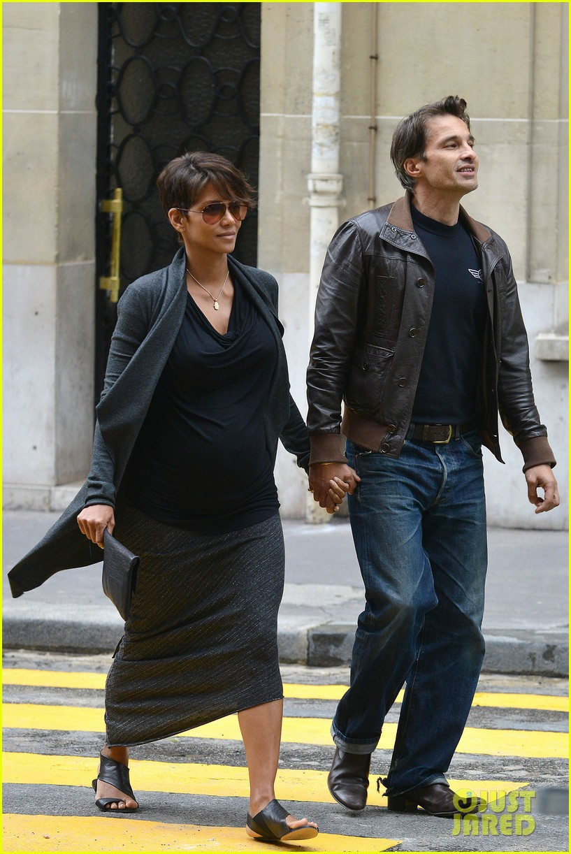 pregnant halle berry olivier martinez hold hands in paris 142889167