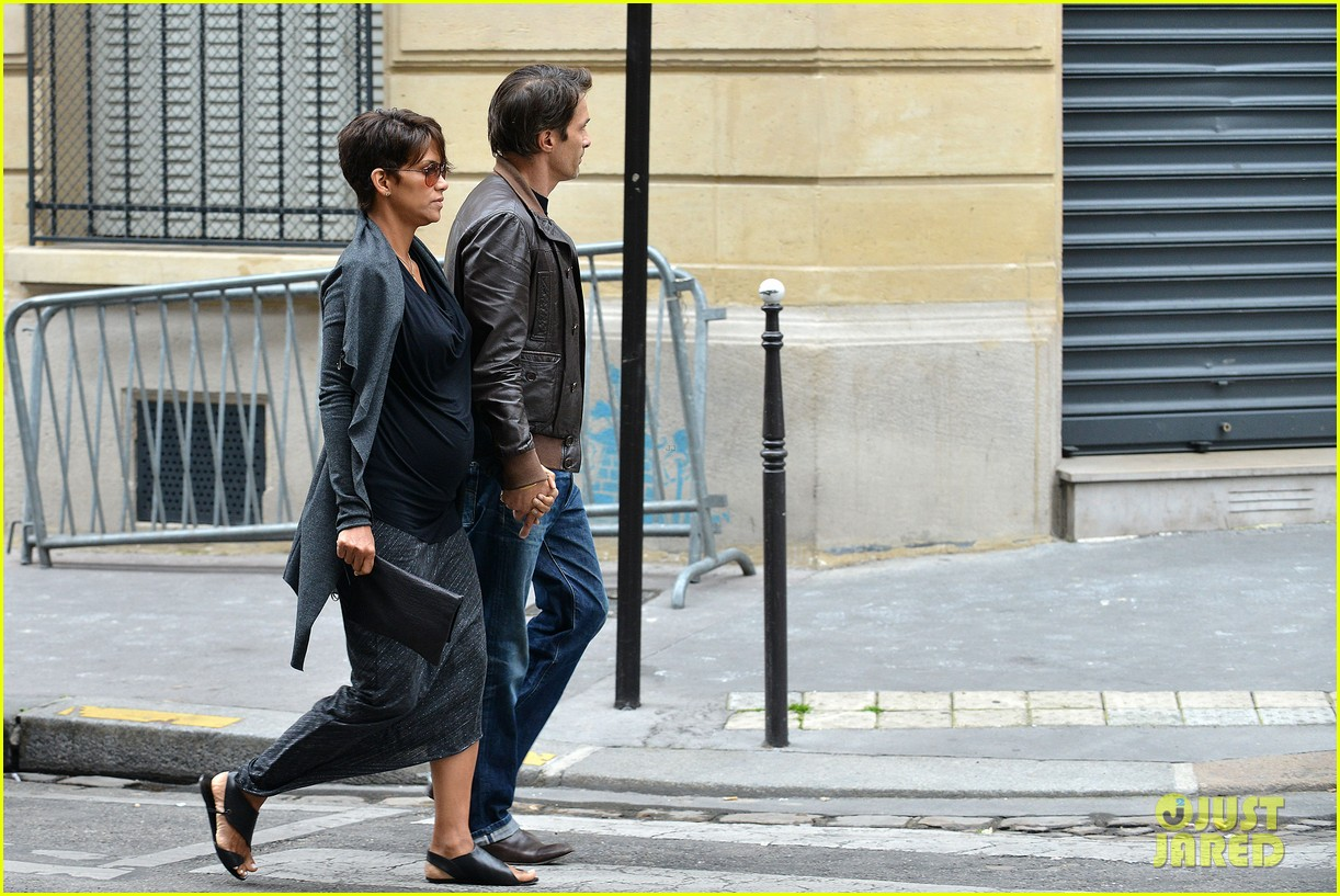 pregnant halle berry olivier martinez hold hands in paris 162889169