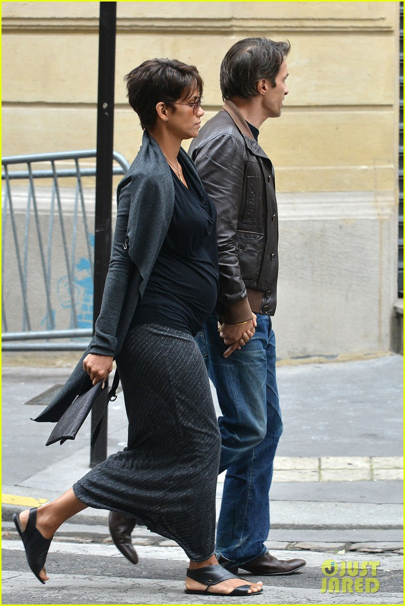 pregnant halle berry olivier martinez hold hands in paris 172889170