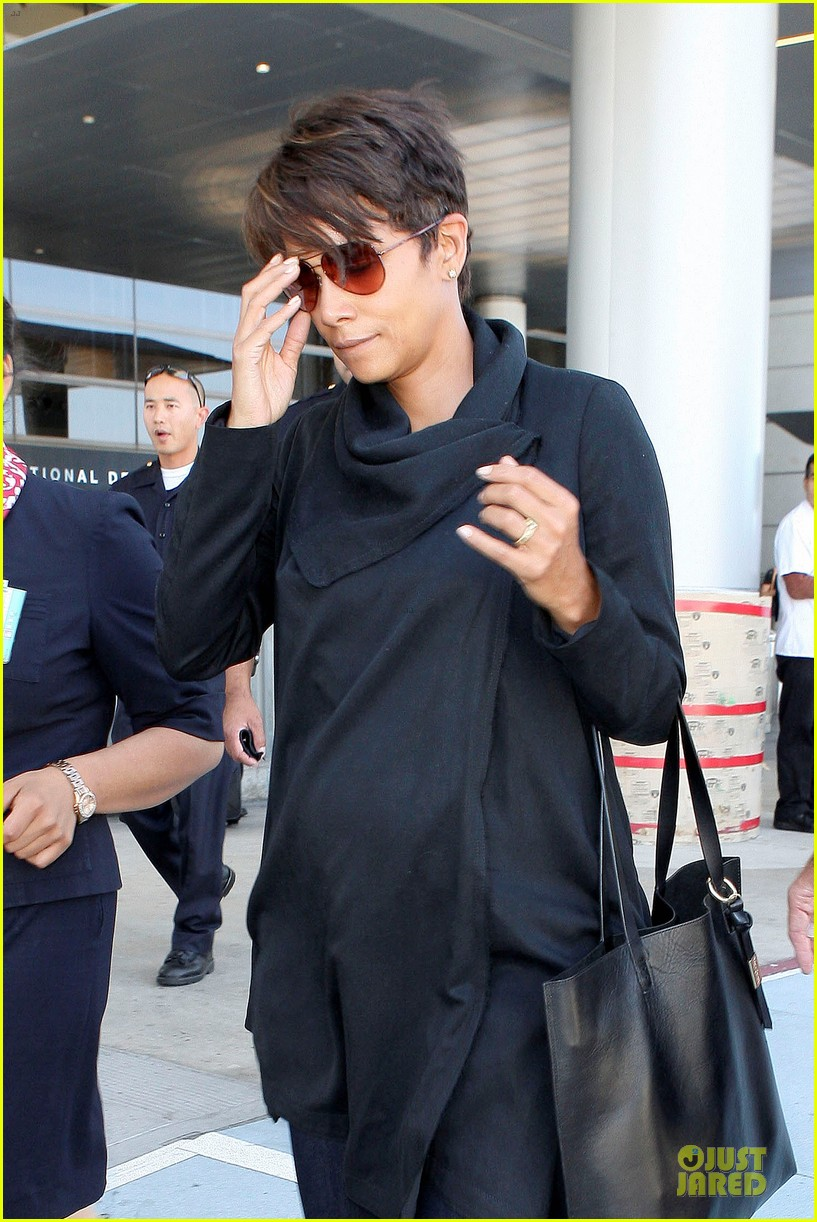 halle berry lax arrival after champs elysees film festival 02