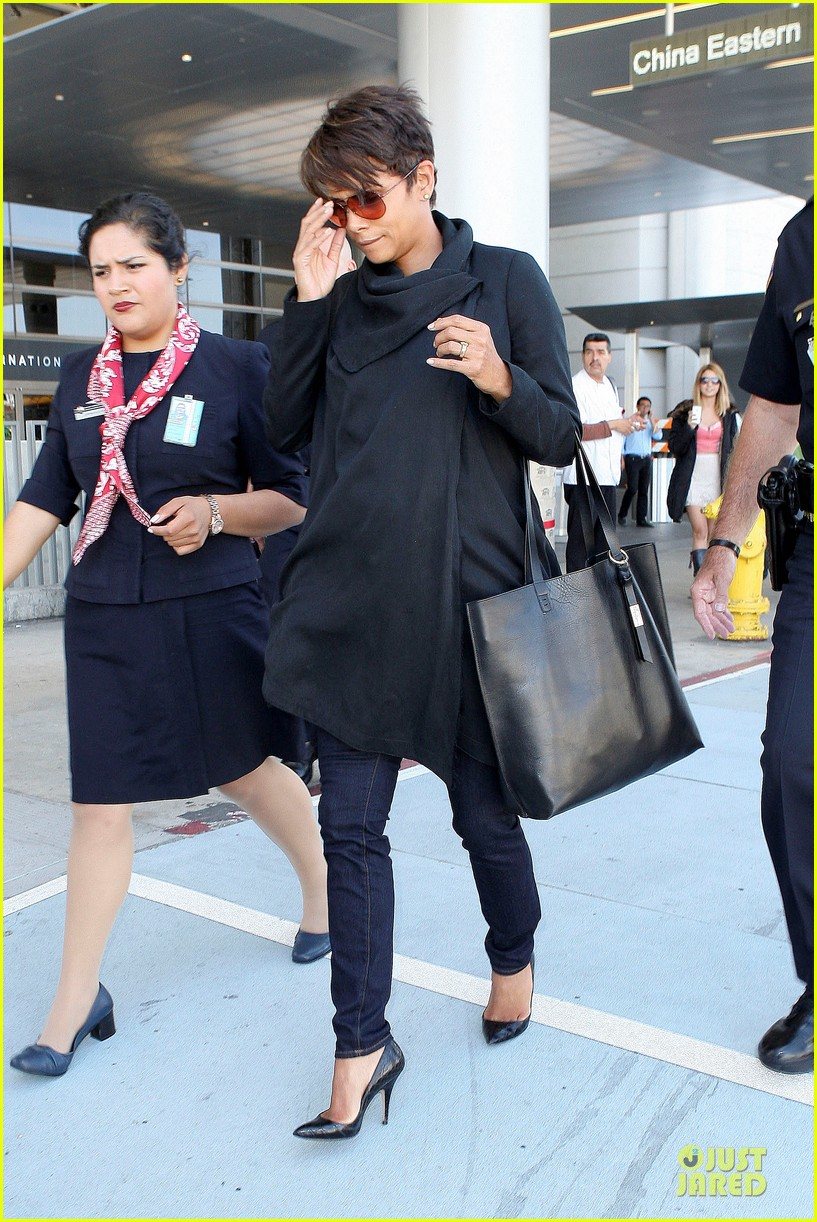 halle berry lax arrival after champs elysees film festival 03