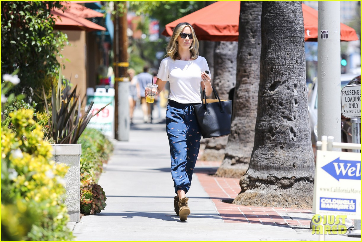emily blunt tea time at alcove cafe 122895669
