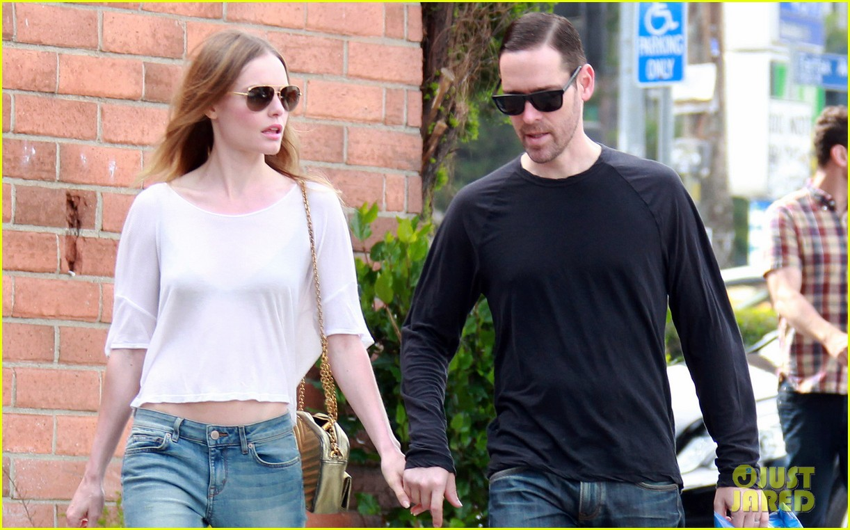 kate bosworth michael polish hold hands at bristol farms 042897351