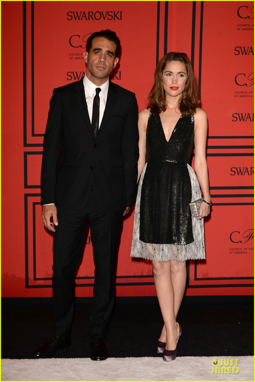 rose byrne bobby cannavale hold hands at the cfda fashion awards 2013 03